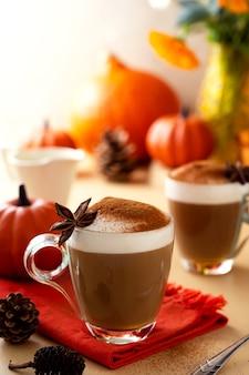 Dyniowy jesienny ciepły napój latte z bitą śmietaną. jesienny przytulny napój.