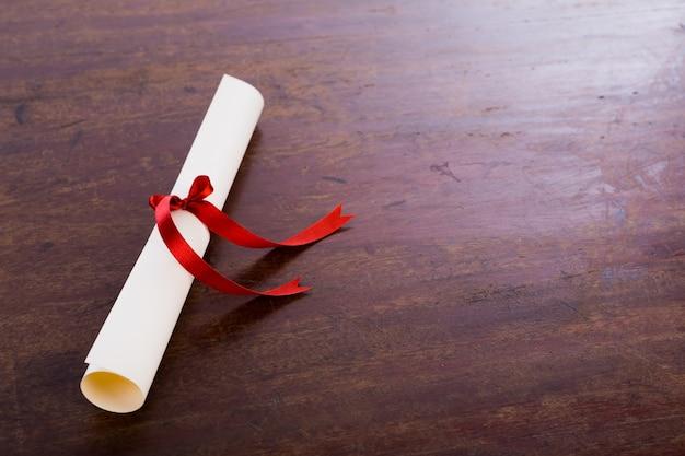 Dyplom na stole drewna