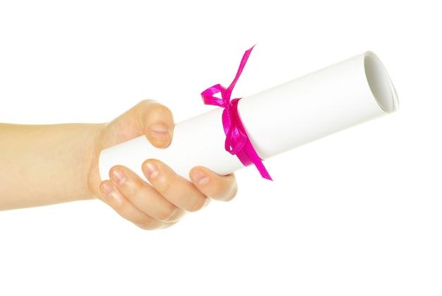 Dyplom z czerwoną wstążką w ręku na białym tle
