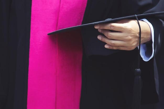 Dyplomowe czapki podczas rozpoczęcia sukcesów absolwentów uczelni, concept education gratulacje. uroczystość ukończenia studiów, gratulacje absolwentom uniwersytetu.