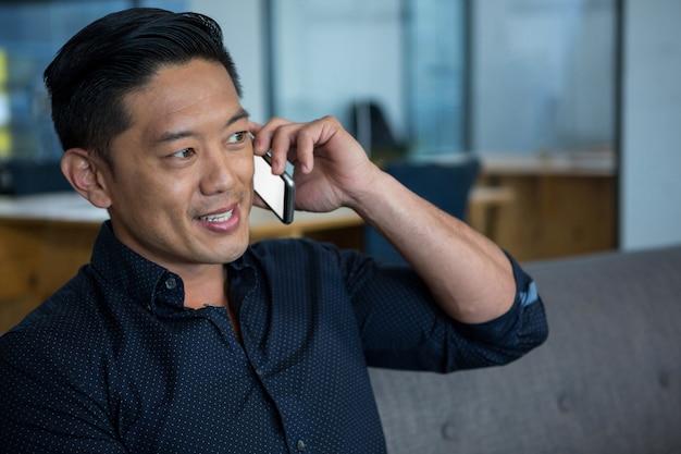 Dyrektor biznesowy rozmawia przez telefon komórkowy