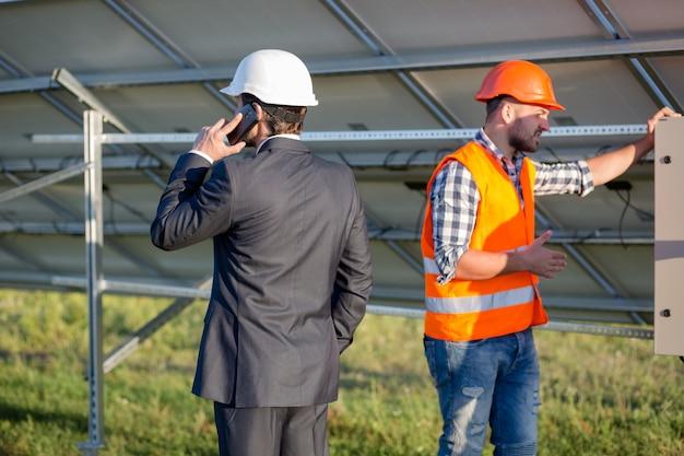 Dyrektor i inżynier, budowa paneli słonecznych.