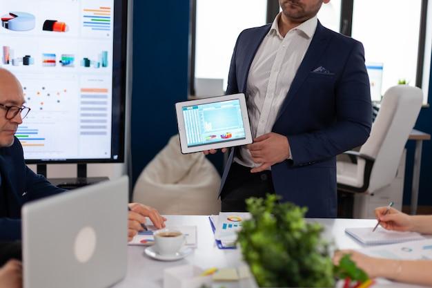 Dyrektor wykonawczy prezentujący strategię firmy odbiorcom biznesowym