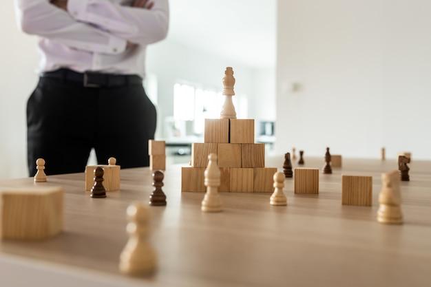 Dyrektor wykonawczy stoi przy biurku pracującym nad strategią firmy