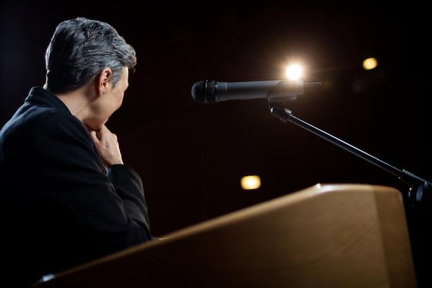 Dyrektor wykonawczy wygłasza przemówienie