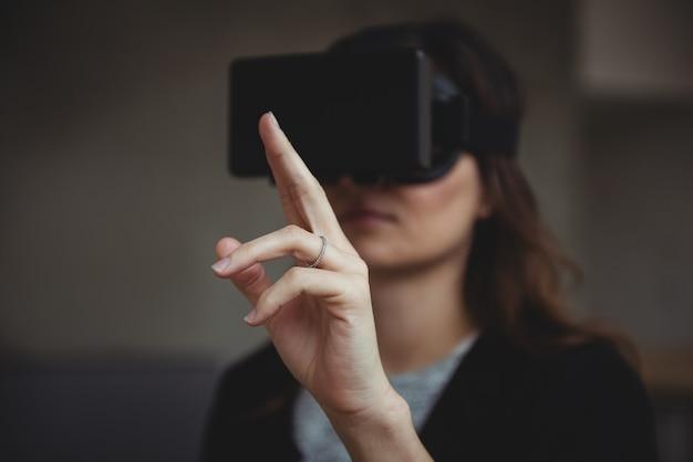 Dyrektor wykonawczy za pomocą zestawu słuchawkowego rzeczywistości wirtualnej