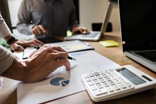Dyrektorów wykonawczych drużynowy spotkanie brainstorming pracować i wprowadzać na rynek pojęcie