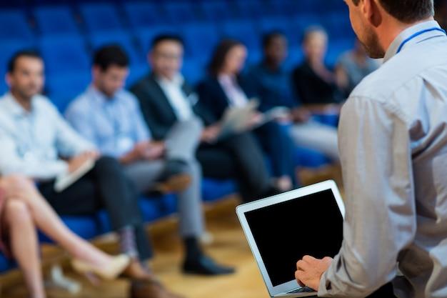 Dyrektorzy biznesowi biorący udział w spotkaniu biznesowym