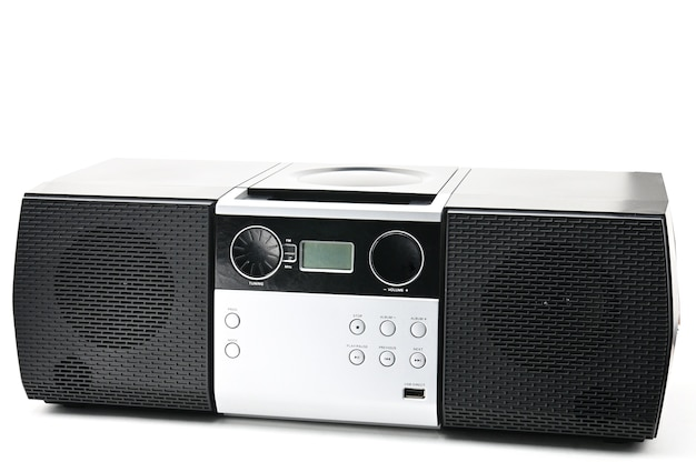 Dysk kompaktowy i urządzenie radiowe na białym tle