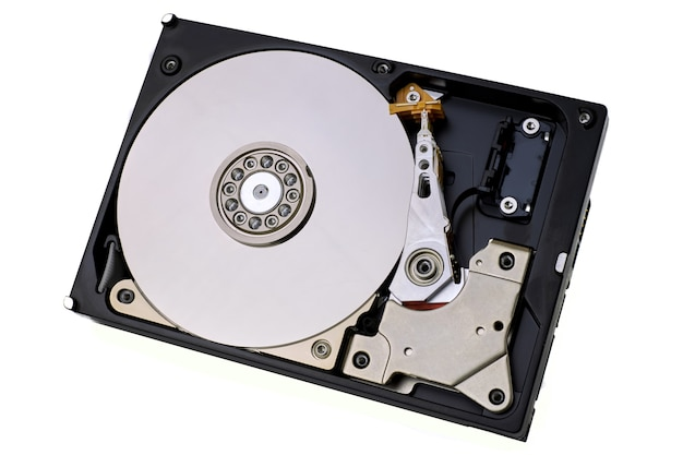 Dysk twardy na białym tle. przechowywanie danych na dysku twardym komputera bez osłony ochronnej, pokazuje dysk magnetyczny i elementy elektroniczne wewnątrz urządzenia.