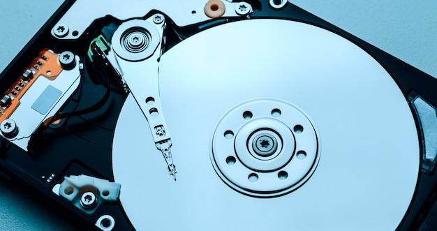 Dysk twardy z efektem lustra. otwórz dysk twardy z dysku twardego komputera lub laptopa, nowoczesne technologie do nagrywania pamięci