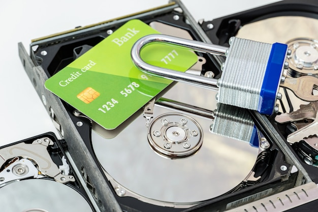 Dysk twardy z kartą kredytową i zamkiem. wirus ransomware, koncepcja ochrony danych