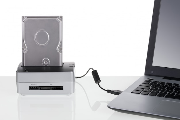 Dysk twardy ze stacją dokującą podłączony do laptopa. do przechowywania danych.
