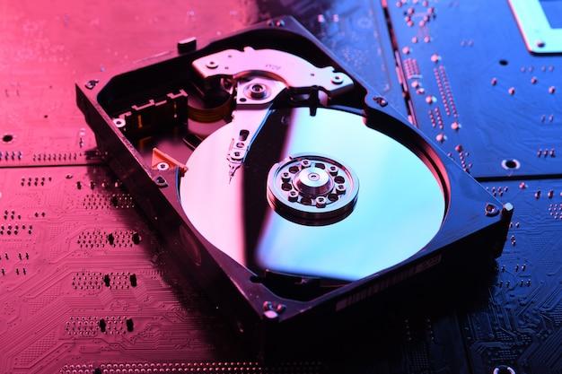 Dyski twarde komputera hdd, ssd na płytce drukowanej, tło płyty głównej