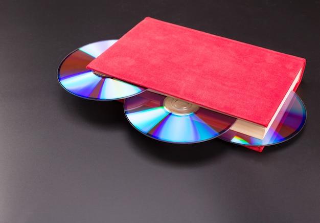 Dyski wystają z czerwonej księgi