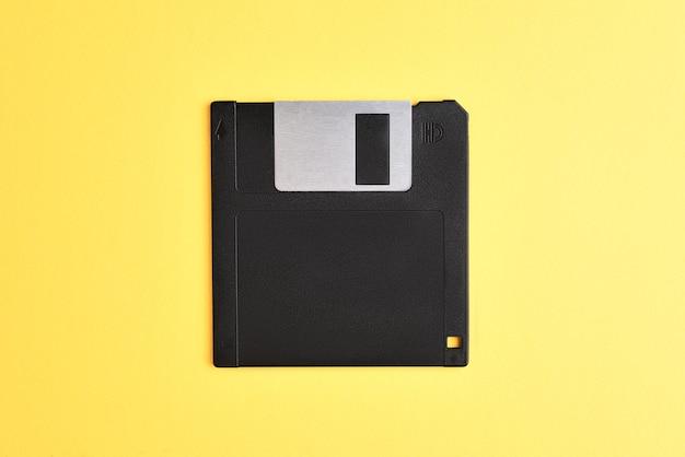 Dyskietka na żółtym tle. dyskietka komputerowa retro