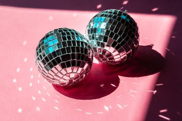 Dyskoteka piłka cacko na różowym tle. koncepcja partii
