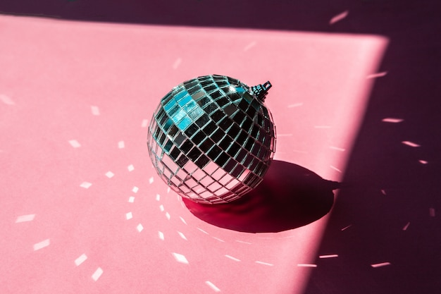 Dyskoteka piłka cacko na różowym tle