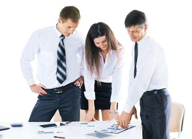 Dyskusja biznesmenów i podpisanie umowy.