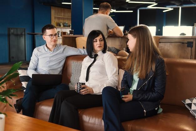 Dyskusja biznesowa freelancerów w coworkingu