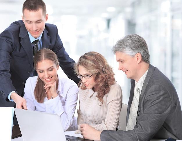 Dyskusja biznesowa, zespół omawia sprzedaż w miejscu pracy w biurze