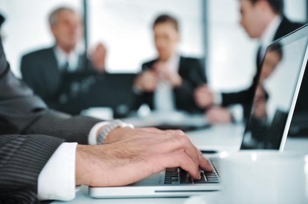 Dyskusja ludzi biznesu w sali konferencyjnej