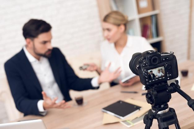Dyskusja między biznesmenem a bizneswoman.
