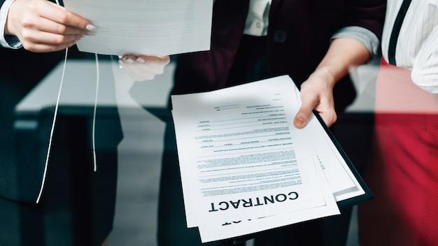 Dyskusja o dużej umowie. współpraca zespołu prawa korporacyjnego. młodych kobiet biznesu badanie umowy.