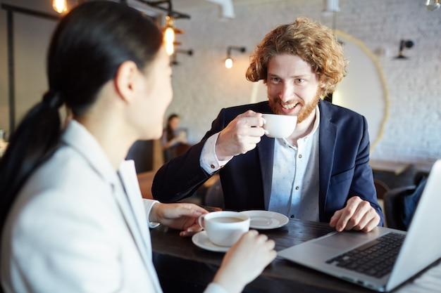 Dyskusja przy filiżance herbaty