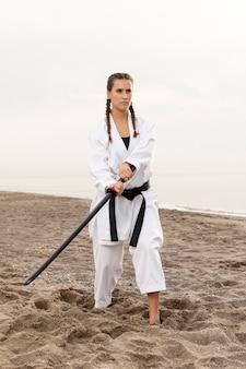 Dysponowana młoda dziewczyna ćwiczy sztukę walki