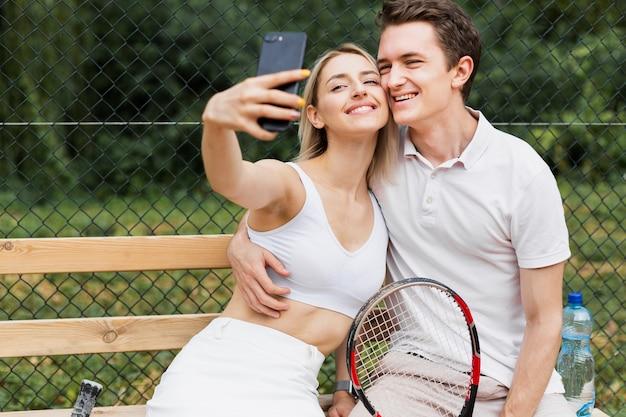Dysponowana młoda para bierze selfie