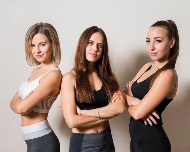 Dysponowane młode kobiety pozuje wpólnie