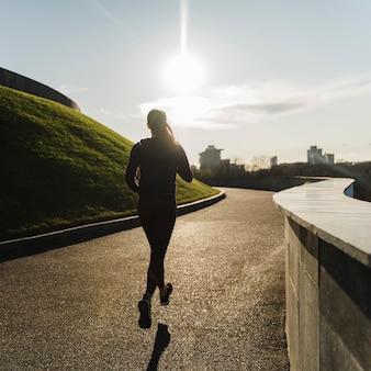 Dysponowany młoda kobieta bieg w parku