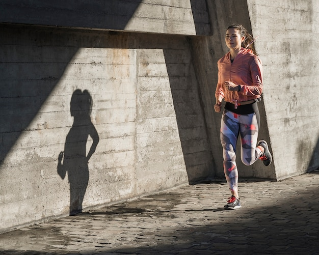 Dysponowany młody żeński biegać plenerowy