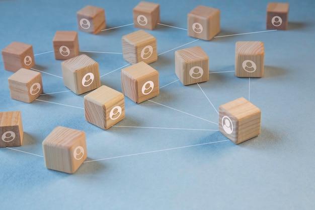 Dystans społeczny, drewniany klocek icon. trzymać dystans. koncepcja dystansowania społecznego i fizycznego.