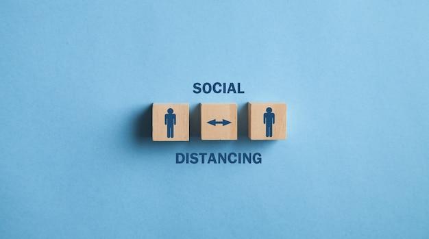 Dystans społeczny w drewnianych kostkach. wirus profilaktyka