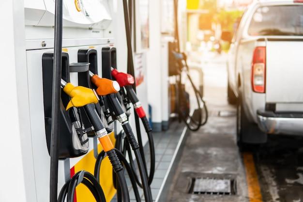 Dysza paliwa do uzupełniania paliwa w samochodzie na stacji benzynowej.