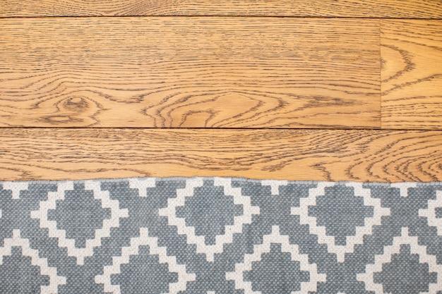 Dywan na drewnianym podłogowym dębowym tekstury tle