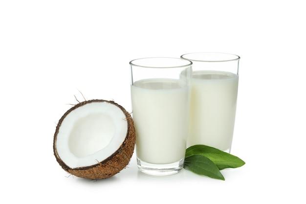 Dzban mleka kokosowego na białym tle