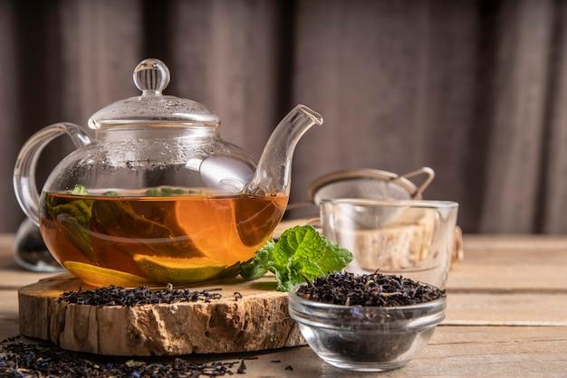 Dzbanek do herbaty z herbatą miętową
