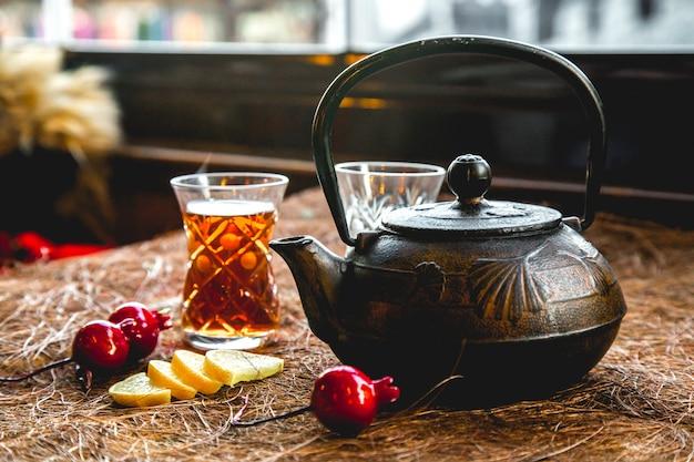 Dzbanek do herbaty ze szkła i cytryny widok z boku