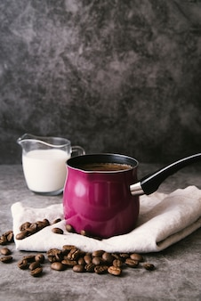 Dzbanek do kawy i mleko z przodu