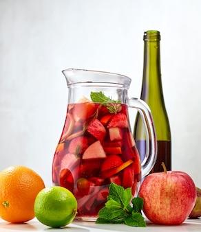 Dzbanek i składniki czerwonej sangrii