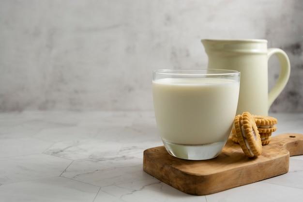Dzbanek i szklanka z mlekiem