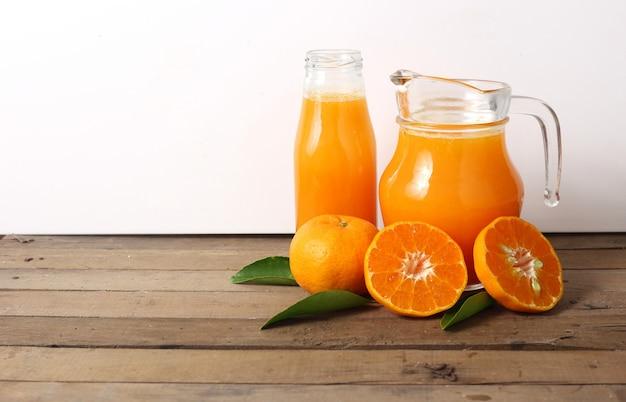 Dzbanek sok pomarańczowy na drewnianym stole