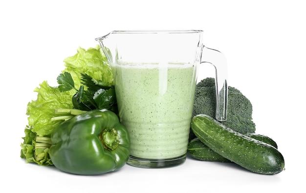 Dzbanek zdrowego smoothie z warzywami na białej powierzchni