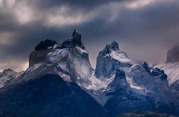 Dżdżysta pogoda w torres del paine park narodowy, chile. patagonia. ameryka południowa