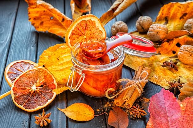 Dżem jabłkowo-dyniowy z pomarańczą ozdobiony jesiennymi liśćmi. sezon jesienny