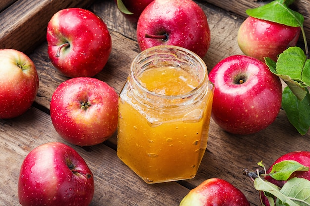 Dżem jabłkowy i świeże owoce