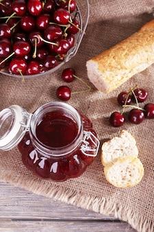Dżem jagodowy w szklanym słoju na stole, zbliżenie